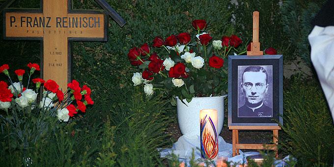 Grab von P. Franz Reinisch beim Urheiligtum (Foto: Brehm)