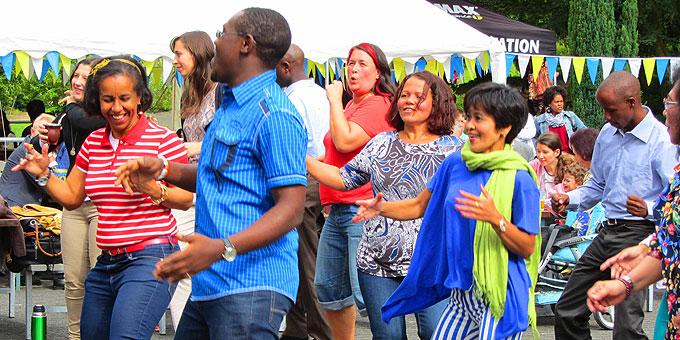 Internationales Fest der Begegnung: Freude und Elan beim gemeinsamen Tanz (Foto: Brück)