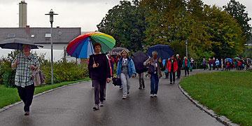 Der Regen beeinträchtigt die fröhliche Stimmung nicht (Foto: Hirscher)
