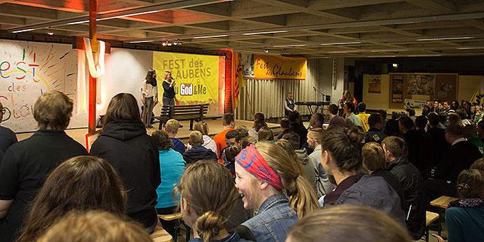 Bühnenprogramm beim Fest des Glaubens in Dietershausen bei Fulda (Foto: Müller)