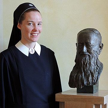 Schwester Francine-Marie Cooper neben einer Büste von Pater Josef Kentenich (Foto: SICT, Vilches)