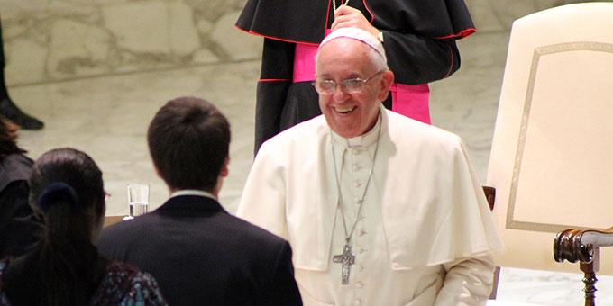Offensichtlich freute sich der Heilige VAter auch an den persönlichen Begrüßungen (Foto: Brehm)