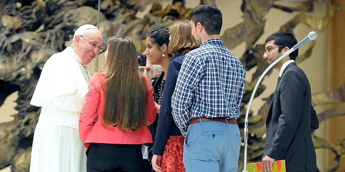 Papst Franziskus spricht mit den einzelnen Vertretern persönlich (Foto: Eduardo SICT)