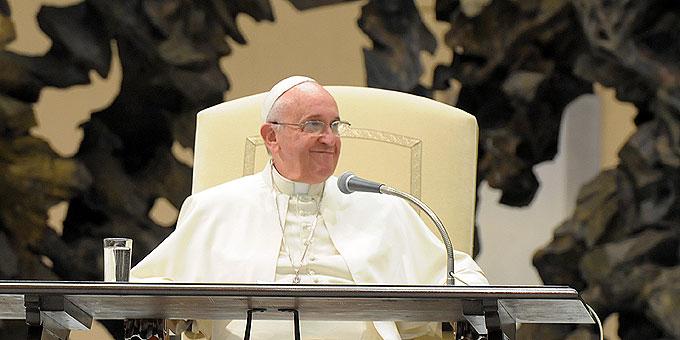 """Papst Franziskus zitiert lächelnd einen """"alten erfahrenen Prediger"""": """"Wer Maria nicht als Mutter will, der wird sie als Schwiegermutter bekommen!"""" (Foto: Eduardo SICT)"""