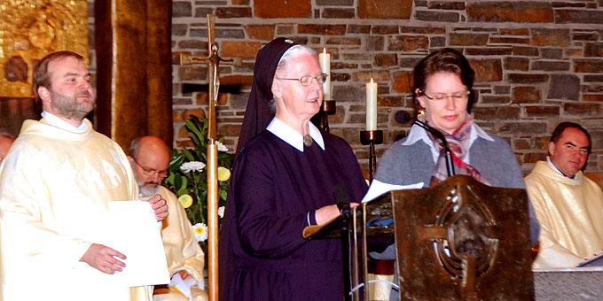 Pater Stefan Strecker, Schwester M. Luciane Machen und Schwester M. Veronika Riechel vom Zentralteam 2014 danken den fast 1000 Mitwirkenden und Helfern bei der Predigt (Foto: Brehm)