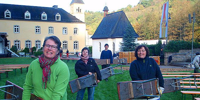 Bänke schleppen vor dem Urheiligtum (Foto: Fella)