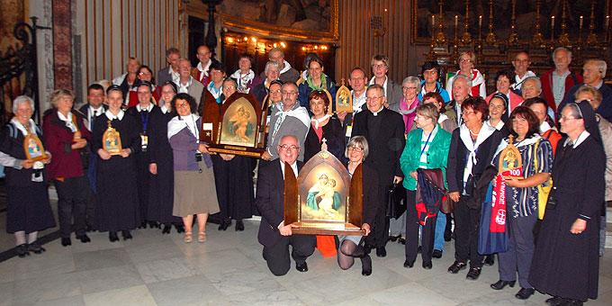Kardinal Kasper war gerne zu einem Gruppenfoto mit Pilgern bereit, die mit dem Pilgerbild von Joao Luis Pozzobon durch Rom gepilgert sind (Foto: Brehm)