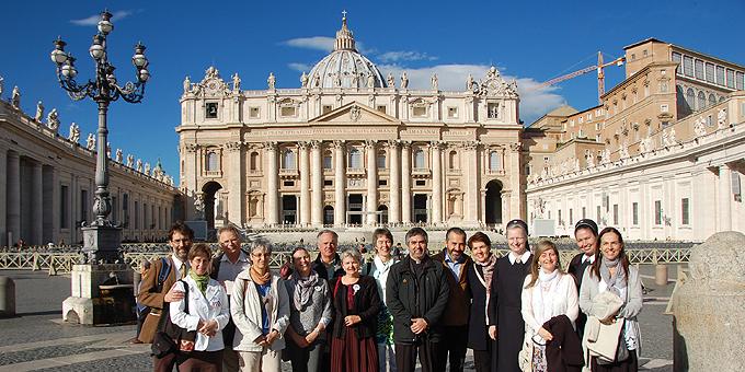 Eine Delegation von Schönstättern, die im pädagogischen Sektor engagiert sind, ist auf dem Petersplatz versammelt  (Foto: Brehm)