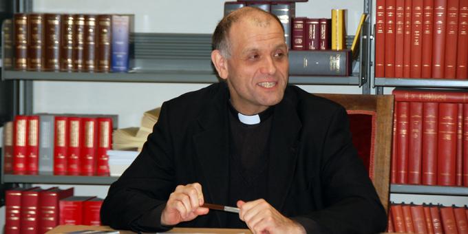 Die Teilnehmer erleben Pater Bechina als sehr aufmerksamen und kompetenten Gesprächspartner (Foto: Brehm)
