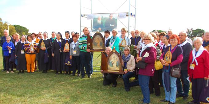 Eine Buspilgergruppe kam mit der Peregrina von Joao Luis Pozzobon. Im Hintergrund das Bild von Pater Kentenich und Weihbischof Tenhumberg, das an dieser Stelle entstanden ist (Foto: Brehm)