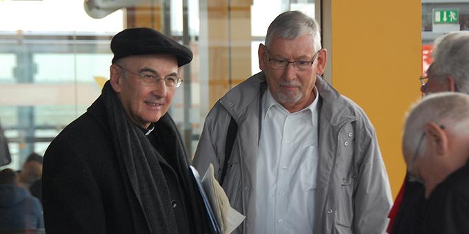 Bischof Felix Genn, Münster, (l) ist mit im Flieger (Foto: Brehm)