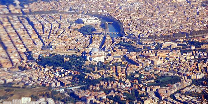 Ein Geschenk: Beim Anflug auf den Flughafen ist der Vatikan und die Innenstadt Roms herrlich zu sehen (Foto: Brehm)