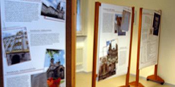 Auf großen Tafeln wird die Reinisch-Reise dokumentiert (Foto: Brehm)