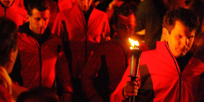 Einlauf der Fackelläufer bei der Vigilfeier in der Pilgerarena (Foto: Kröper)