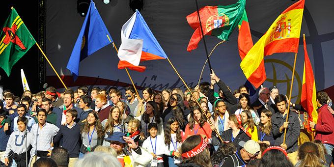 Die Internationalität, die sich nicht nur in Fahnen, sondern auch in den durchgehend mehrsprachig gestalteten Feiern ausdrückt, beeindruckt viele (Foto: Kröper)