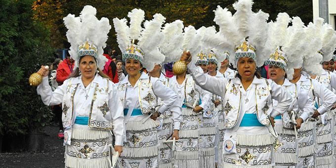Die Feier endet mit einer Fiesta, mit Beiträgen aus aller Welt (Foto: Kröper)