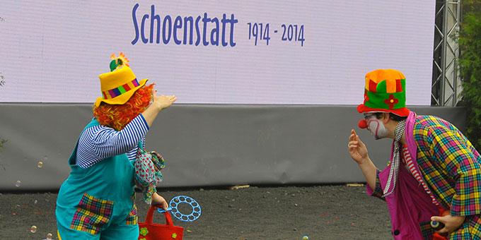Im Vorprogramm des Gottesdienstes führen zwei Clowns spielerisch in das Thema der Vernetzung der Hausheiligtümer ein (Foto: Kröper)