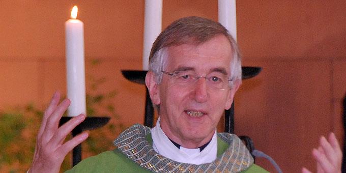 Pater Prof. em. Dr. Heribert Niederschlag SAC begrüßt die Gottesdienstteilnehmer (Foto: Brehm)