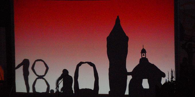 """Die Künstler des Schattentheaters """"Die Mobilés"""" stellen den Traum des jungen Kentenichs dar (Foto: Brehm)"""