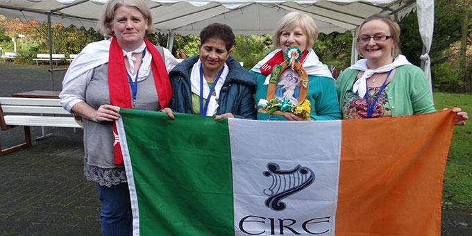 Mit Fahnen Schaals und Tüchern machen sich die Teilnehmer der Länder identifizierbar (Foto: Ewers)