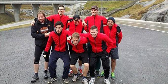Geschafft aber glücklich: das Bergläufer-Team (Foto: fackellauf2014.org)