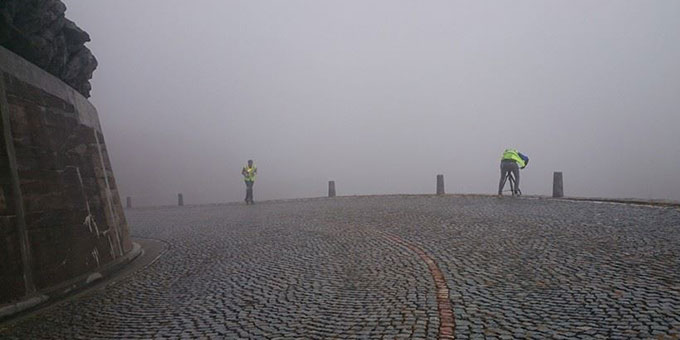 Wolken und Nebel können Läufer und Fahrradbegleiter nicht schrecken (Foto: fackellauf2014.org)