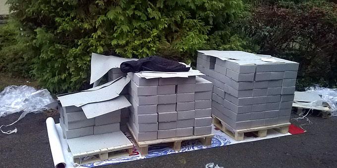 2,7 Tonnen Papier in 300 Karton - sieht gar nicht so viel aus und muss noch ins Haus (Foto: Brehm)