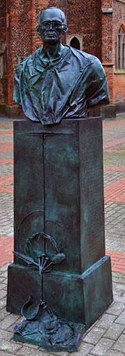 Karl Leisner Denkmal auf dem Kirchplatz der Stiftskirche St. Mariä Himmelfahrt in Kleve - Geschaffen von Bert Gerresheim, Düsseldorf - Geweiht am 13.12.2014 – Vorabend von Gaudete (Foto: Keller)