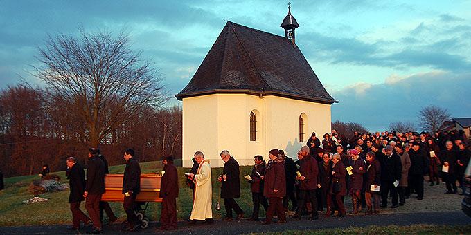 Pater Franz Johannes Brügger wird auf Berg Sion zu Grabe getragen (Foto: Brehm)
