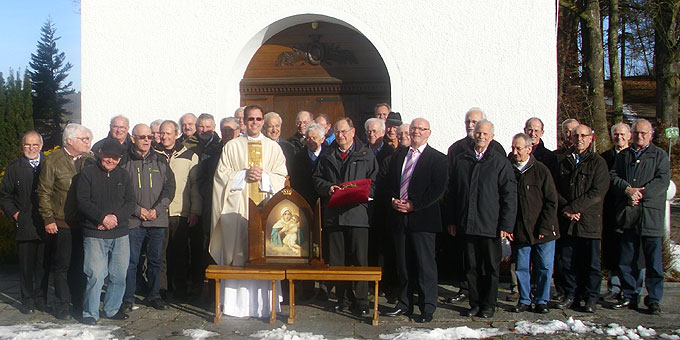 Gruppenbild vor dem Heiligtum (Foto: Geray)
