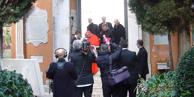 Ankunft von Kardinal Rauber am Campo santo teutonico zum Empfang der Deutschen Bischofskonferenz  (Foto: Hilser)