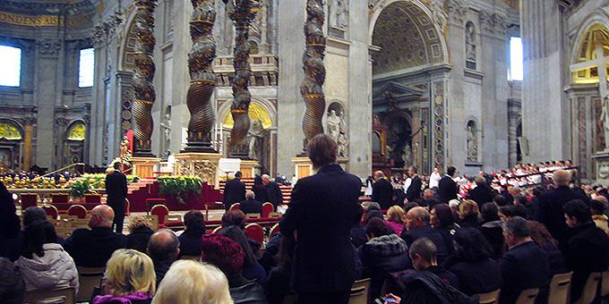 Warten auf den Beginn des Dank-Gottesdienstes im Petersdom (Foto: Hilser)