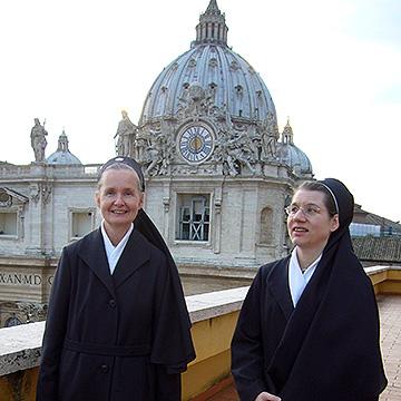 Schwester M. Siglinde Hilser und Schwester M. Lieselotte Haller im Vatikan (Foto: privat)