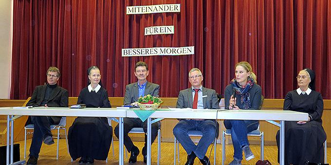 """Unter dem Motto """"Miteinander - für ein besseres Morgen!"""" stellte sich ein Podium den Fragen der Bevölkerung (Foto: Martina Lachenmaier)"""