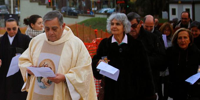 Der neue Rektor von Belmonte bei der Prozession zum Gottesdienst (Foto: Ali Sol)