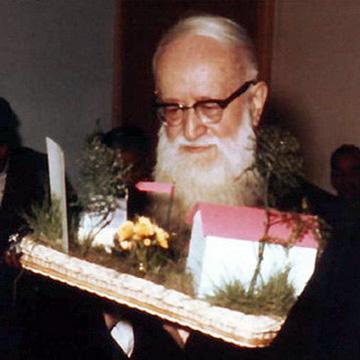 Pater Josef Kentenich erhält zu seinem 80. Geburtstag ein symbolisches Modell des zukündtigen Romzentrums (Foto: Archiv)