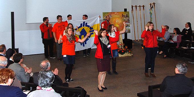Jugendliche verbreiten Jubiläumsstimmung bei der Delegiertentagung im Pater-Kentenich-Haus auf Berg Schönstatt (Foto: Brehm)