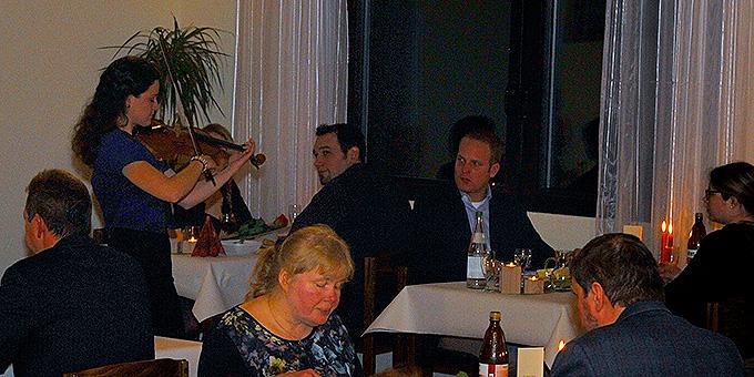 Bezaubernden Musik der jungen Geigerin Lorghia aus Ecuador beim Candlelight-Dinner im Schönstatt-Zentrum in Herxheim (Foto: Kröper)