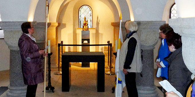 Während der Statio in der Krypta des Domes – Blick auf das Fenster zum Rosenstock, zur Gnadenmadonna und zum Gründungsreliquiar (Foto: Bittner)