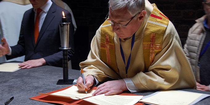 Pater Ludwig Güthlein unterschreibt das Memorandum (Foto: Brehm)
