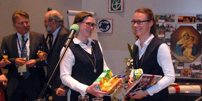 Kleines Dankeschön für die Postulantinnen der Marienschwestern, die als Helfer engagiert waren (Foto: Brehm)