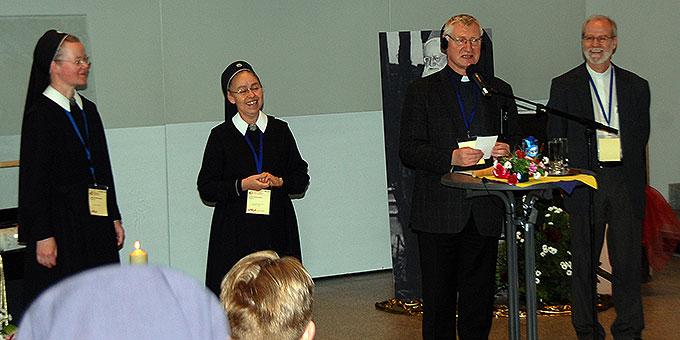 Pater Ludwig Güthlein, Mitte, stellt Mitglieder des Vorbereitungsteams vor: Sr. Casilda, Brasilien, Sr. Resia, Deutschland (l) und Pater Antonio Bracht (r) (Foto: Brehm)