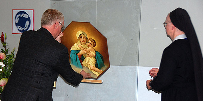 Das Bild der Gottesmutter con Schönstatt wird von Schwester Luziane Machens in die Kongressaula gebracht (Foto: Brehm)