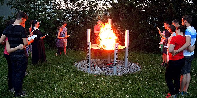 Gemeinsames Gebet am Feuerbecken (Foto: Denkinger)