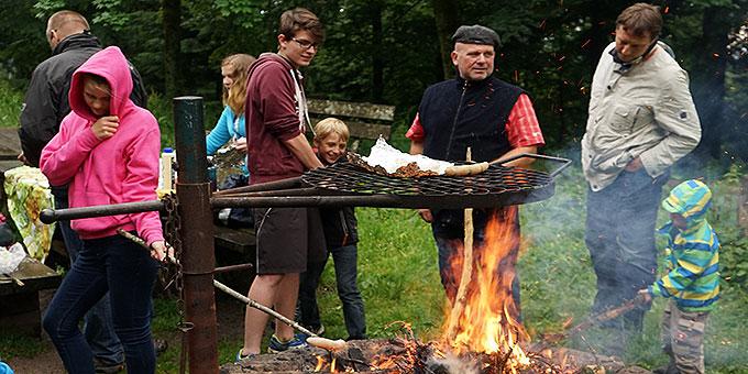 Gemeinsames Grillen beim Vater-Kinder-Wochenende der Schönstatt-Familienbewegung im Erzbistum Freiburg (Foto: Heberling)