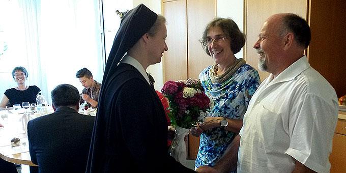 Schwester Gertud Maria Erhard dankt Ehepaar Carola und Herbert Frick für die Mitarbeit im Team (Foto: Schulte)