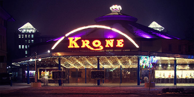 """Der """"Kronebau"""" in München bei Nacht (Foto: Daniel Kaltenthaler Wikipedia CC-by-sa-3.0/de)"""