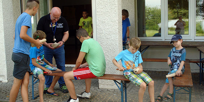 Die Gruppe der Jungs beim Kinder- und Jugengprogramm (Foto: Ruoff)