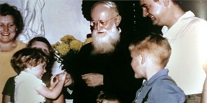 Pater Josef Kentenich mit einer Familie in Milwaukee (Foto: Archiv Marienschwestern Waukesha USA)