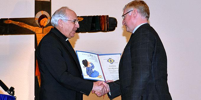 Pater Theo Breitinger überreicht Pater Ludwig Güthlein die Ernennungsurkunde zum Leiter der Schönstatt-Bewegung Deutschland (Foto: Schulze)